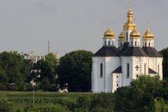 Landskap med kyrkan för Catherine ` s, molnig himmel, solen och träd utan sidor, tidig marsch, Chernigiv, Ukraina Royaltyfria Bilder