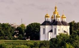 Landskap med kyrkan för Catherine ` s, molnig himmel, solen och träd utan sidor, tidig marsch, Chernigiv, Ukraina Royaltyfria Foton