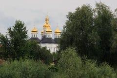 Landskap med kyrkan för Catherine ` s, molnig himmel, solen och träd utan sidor, tidig marsch, Chernigiv, Ukraina Arkivbilder