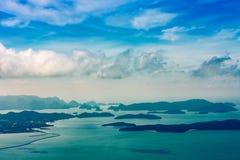 Landskap med många små öar i fjärden, Langkawi royaltyfri foto