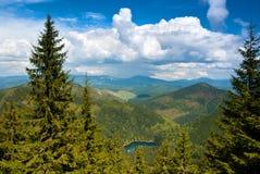 Landskap med moln, berg och blå himmel. Arkivbild