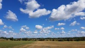 Landskap med moln i sen sommar royaltyfri bild