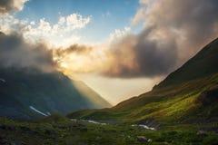 Landskap med moln och dalen arkivbilder