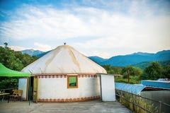 landskap med nomands tält och himmel arkivfoton
