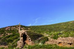 Landskap med nuraghic byggnad/bröstvärn i sydostliga Sardinia, Italien royaltyfri fotografi