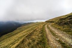 Landskap med offroad på berget arkivbild