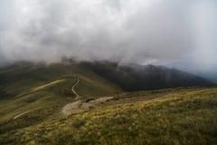 Landskap med offroad på berget arkivbilder