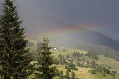 Landskap med regnbågen Arkivbilder