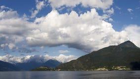 Landskap med regnbågen i aftonljuset Royaltyfri Foto
