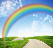Landskap med regnbågen och vägen Royaltyfri Bild