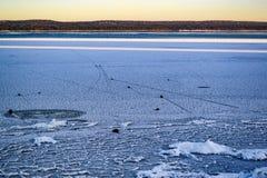 Landskap med seglingstenar på den djupfrysta sjön royaltyfri fotografi