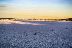 Landskap med seglingstenar på den djupfrysta sjön royaltyfri bild