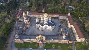 Landskap med sikter av den nya Athos Christian kloster Royaltyfri Bild