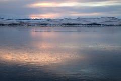Landskap med sjön som täckas med det tunna lagret av is Arkivbild