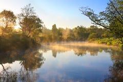Landskap med soluppgång över floden och dimman Royaltyfria Foton