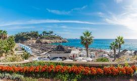 Landskap med stranden för El Duque på Costa Adeje kanariefågelöar spain tenerife arkivfoton