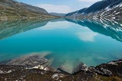 Landskap med turkosbergsjön som omges av berg, Norge Royaltyfri Foto