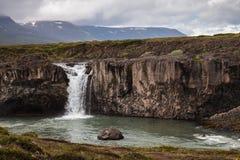 Landskap med vattenfallet i Island Arkivbilder