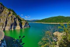 Landskap med Vidraru sjön och fördämningen Arkivfoton