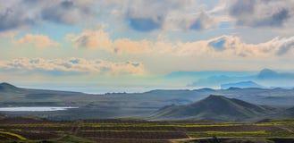 Landskap med vingårdar nära den bergiga kustkusten royaltyfria foton
