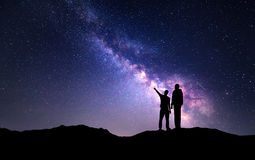 Landskap med Vintergatan Kontur av en fader och en son Arkivfoton