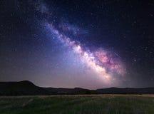 Landskap med Vintergatan Natthimmel med stjärnor på berg Arkivbilder