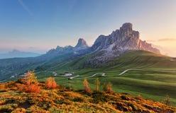 Landskap naturen som är mountan i fjällängar, Dolomites, Giau Arkivfoton