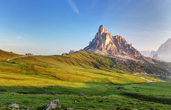 Landskap naturen som är mountan i fjällängar, Dolomites, Giau Arkivbild