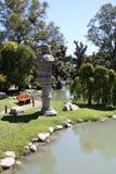 Landskap och arkitektur i en japansk trädgård Royaltyfri Fotografi