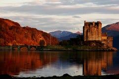 Landskap och det Dunvegan slottet royaltyfria bilder