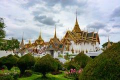 Landskap och härlig arkitektur på den historiska storslagna slotten i Bangkok, Thailand Arkivfoton