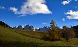 Landskap om Dolomites, norr Italien, fjällängar Royaltyfri Foto