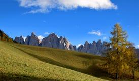 Landskap om Dolomites, norr Italien, fjällängar Arkivfoton