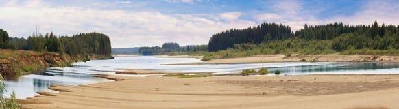 Landskap på bankerna av floden arkivfoto