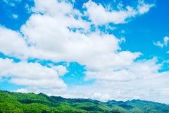 Landskap på berget med himmel Arkivfoton