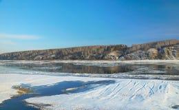 Landskap på den frysa floden i början av vintern Arkivbilder