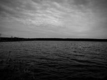 Landskap på den svartvita bilden för sjö Arkivbilder