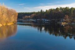 Landskap på en Vorskla flod på den sena höstliga säsongen i Ukraina Arkivfoto