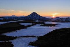 Landskap på Kamchatka: soluppgång över den Viluchinsky vulkan Arkivfoto
