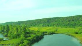 Landskap på solnedgången med sikter av floden arkivfilmer