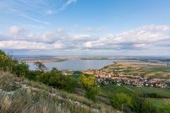 Landskap panorama av sjön, den Palava Tjeckien Arkivfoto