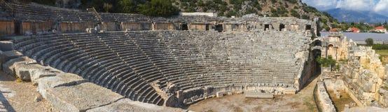 Landskap panorama, baner - sikten av byggande av teatern i fördärvar av forntida lycian stad av Myra Royaltyfri Foto