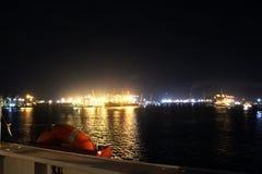 Landskap, panoramautsikter av kustlinjen och porten från skeppet på ankaret och i port royaltyfria foton