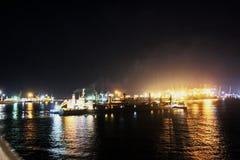 Landskap, panoramautsikter av kustlinjen och porten från skeppet på ankaret och i port royaltyfri foto