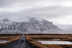 Landskap red roadtrip på bygden i Island Arkivbilder