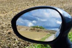 Landskap reflekterat i spegel arkivfoton