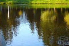 Landskap reflekterat i vatten royaltyfri bild