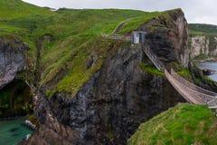 Landskap runt om den Carrick-a-Rede repbron som är nordlig - Irland arkivfoto