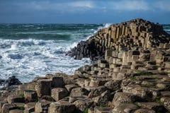 Landskap runt om den jätte- vägbanken för ` som s är nordlig - Irland royaltyfri bild