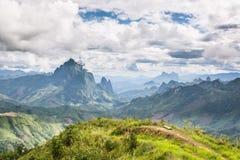 Landskap runt om Kasi i norr Laos Arkivfoto